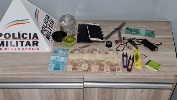 Dois homens são presos suspeitos de roubar um homem na porta de supermercado em Araxá