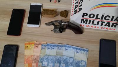 Quatro homens são presos com arma de fogo e drogas após PM abordar táxi em Araxá