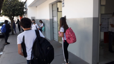 Dúvidas e desafios marcam volta às aulas em Araxá